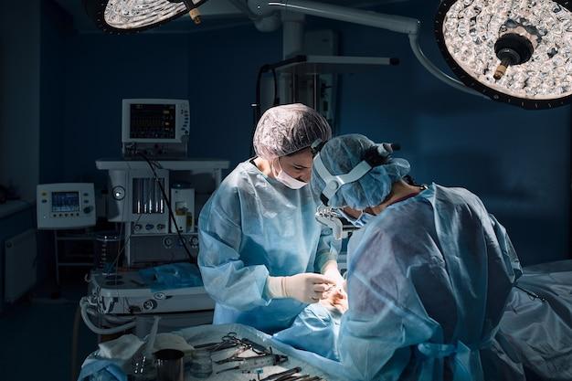 Equipe de cirurgiões fazendo cirurgia em um hospital
