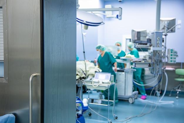 Equipe de cirurgiões trabalhando no hospital, sala de cirurgia