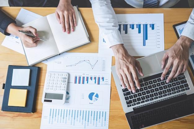 Equipe de colega de trabalho trabalhando e analisando com novo projeto de contabilidade financeira