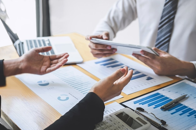 Equipe de colegas de negócios executivo profissional trabalhando e analisando com novo projeto de finanças contábeis, apresentação de idéias e plano de estratégia de reunião de investimentos em negócios financeiros