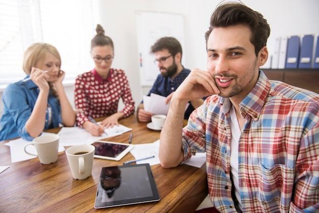 Equipe de colegas de trabalho trabalhando com um tablet digital