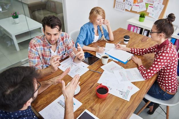 Equipe de colegas de trabalho trabalhando. conceito de brainstorming