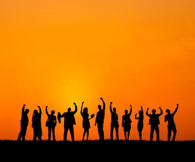 Equipe de construção ao nascer do sol
