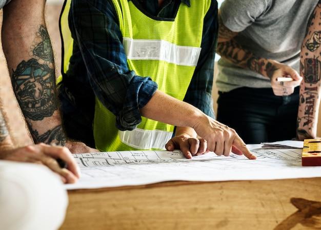 Equipe de construção trabalhando em um projeto para um novo projeto