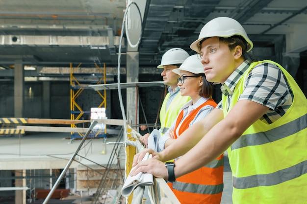 Equipe de construtores, engenheiros e arquitetos no canteiro de obras