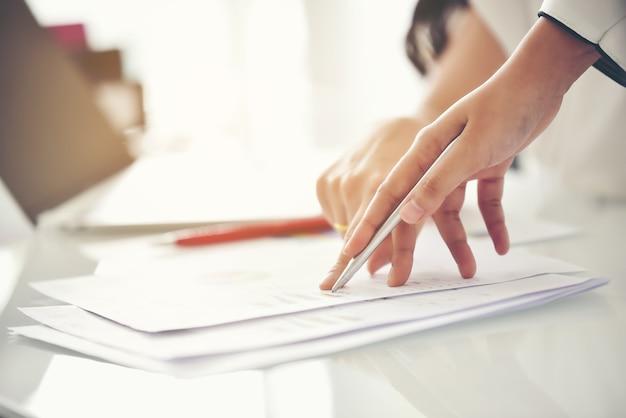 Equipe de consultoria de negócios, análise de planos de negócios. para a sustentabilidade do negócio.