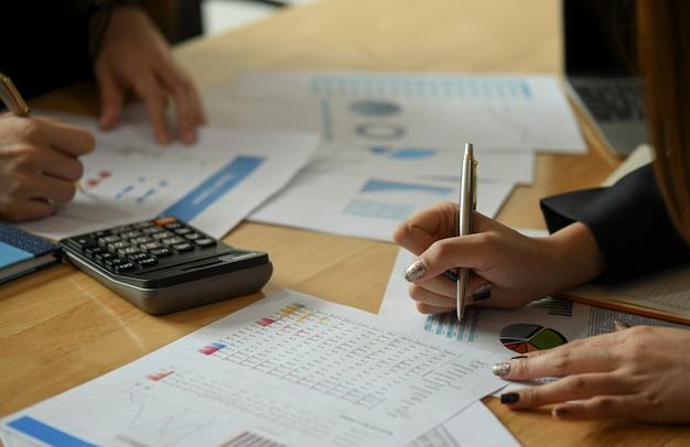 Equipe de contabilista feminina está analisando os dados para resumir o orçamento.