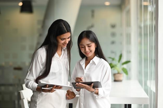Equipe de designer de jovem colega planejando seu projeto juntos no local de trabalho moderno.