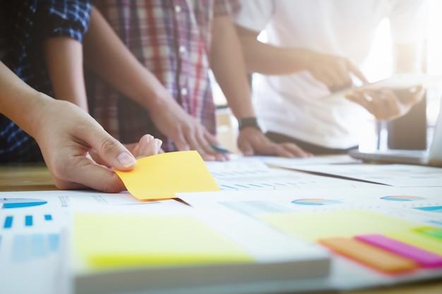 Equipe de designer gráfico, grupo de estudantes, reunião de brainstorming da equipe de negócios.