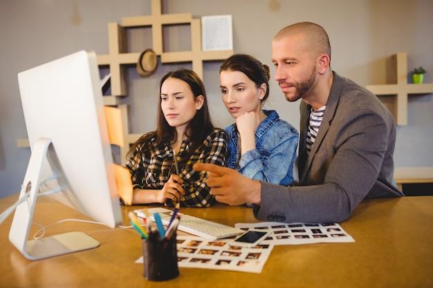 Equipe de designer gráfico trabalhando no computador