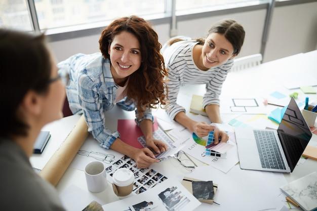 Equipe de designers criativos em reunião