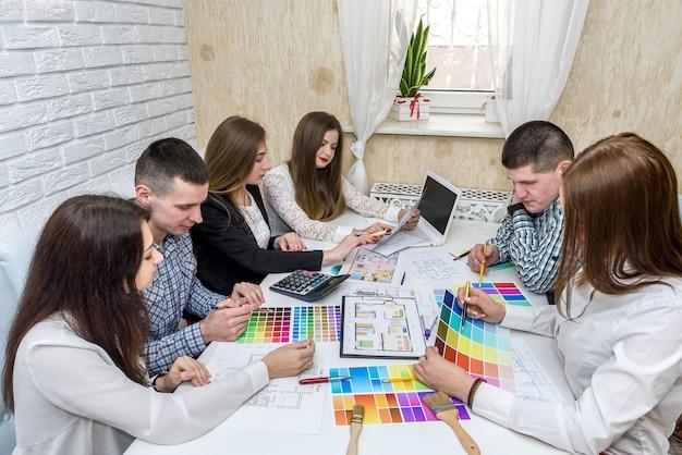 Equipe de designers criativos trabalhando no projeto de uma nova casa