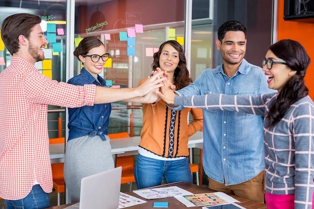 Equipe de designers gráficos felizes dando mais cinco