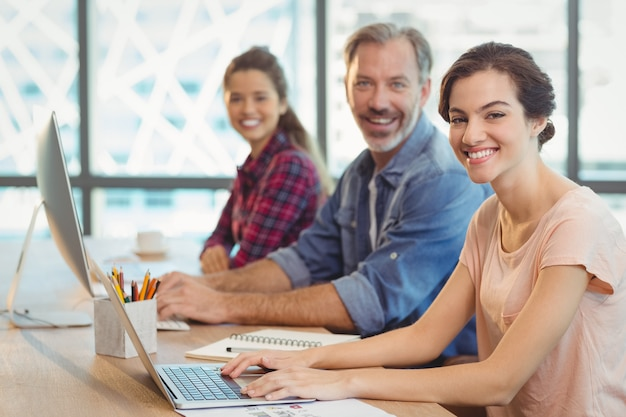 Equipe de designers gráficos trabalhando juntos na mesa
