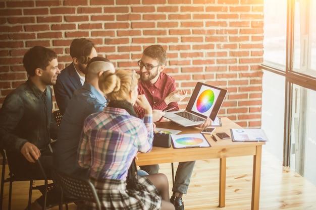 Equipe de designers no local de trabalho