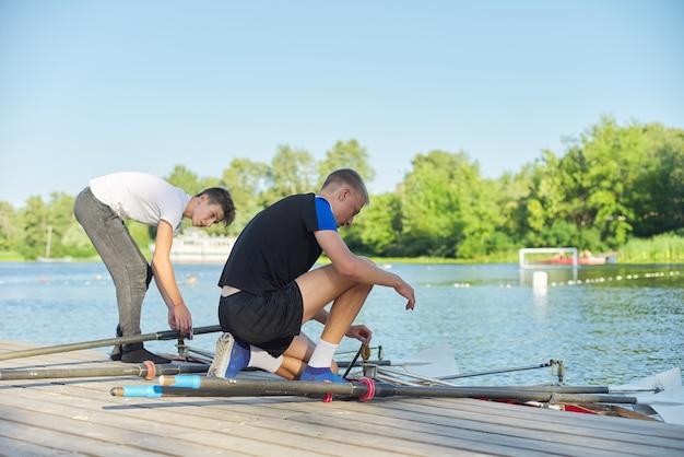 Equipe de dois adolescentes andando de caiaque no rio. estilo de vida jovem ativo, esportes aquáticos, caiaque, canoa