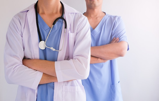 Equipe de dois médicos no hospital para o conceito de cuidados de saúde. uniforme azul.
