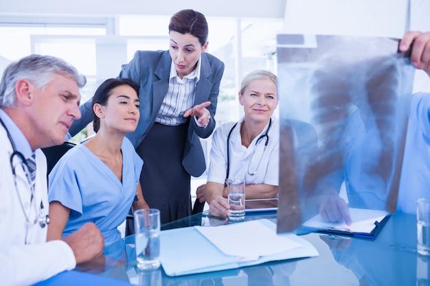 Equipe, de, doutores, e, executiva, examinando, xray