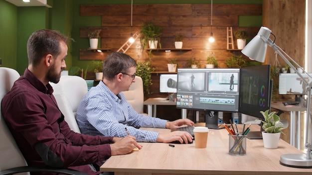 Equipe de editores de vídeo analisando a montagem do filme após a edição dos efeitos visuais