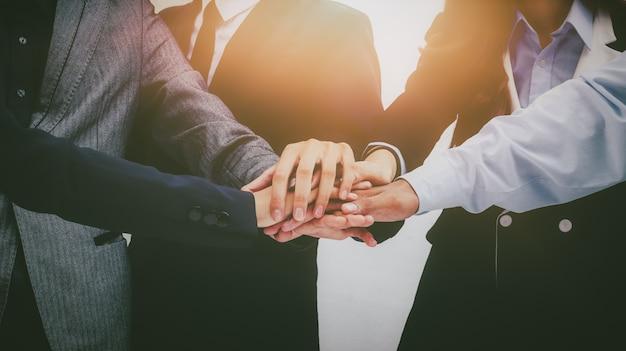 Equipe de empresário mostrando muitos polegares para cima