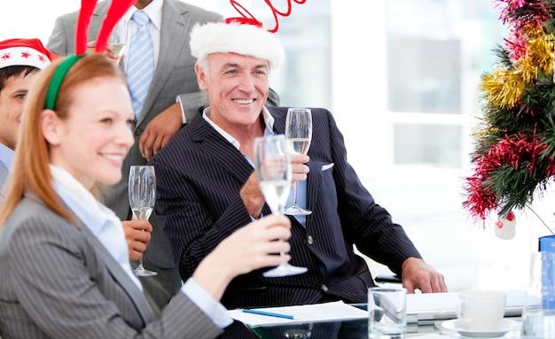 Equipe de empresários comemorando o natal