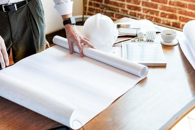 Equipe de engenharia ecológica olhando para um plano de construção