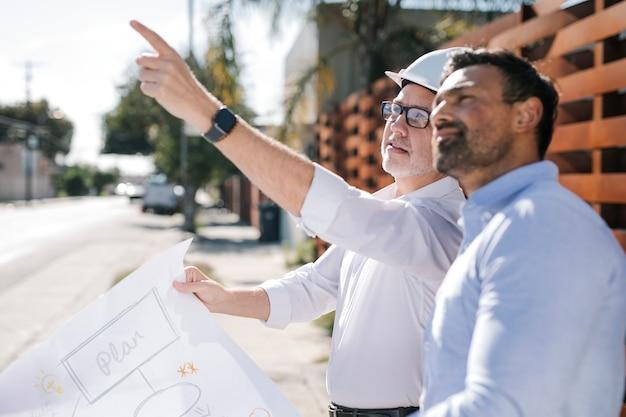 Equipe de engenharia ecológica verificando a construção de edifícios