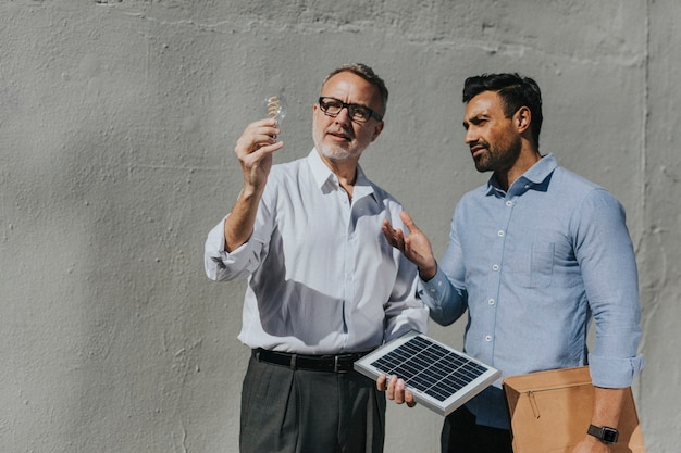 Equipe de engenharia ecologicamente correta com painel solar