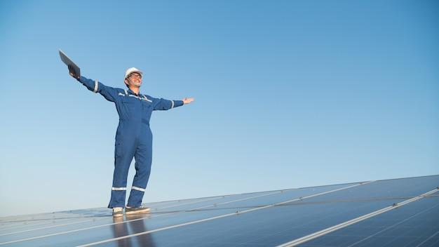 Equipe de engenharia trabalhando na verificação e manutenção em usina de energia solar