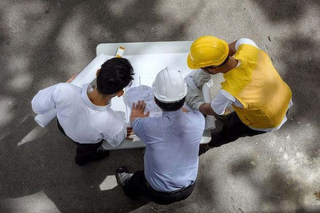 Equipe de engenheiro discutir projeto blueprint