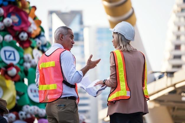 Equipe de engenheiro discutir projeto de construção no local