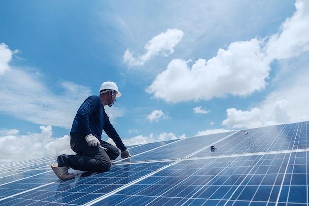 Equipe de engenheiros e eletricistas trocando e instalando painel solar