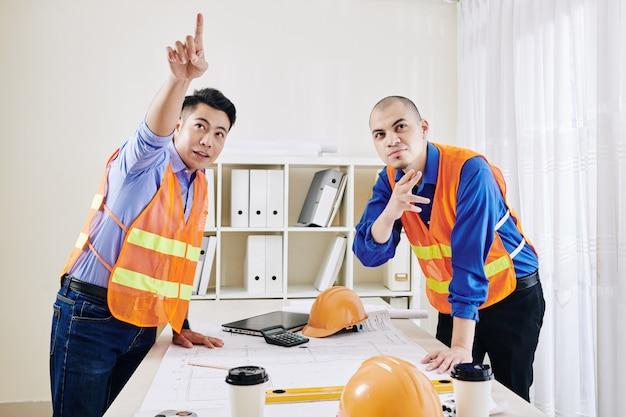 Equipe de engenheiros trabalhando no escritório