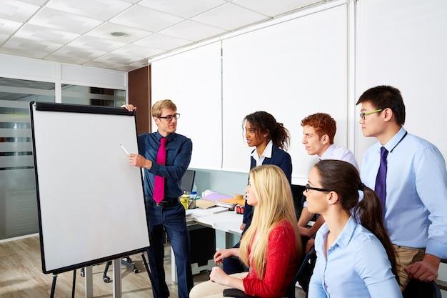 Equipe de escritório de apresentação de empresário executivo