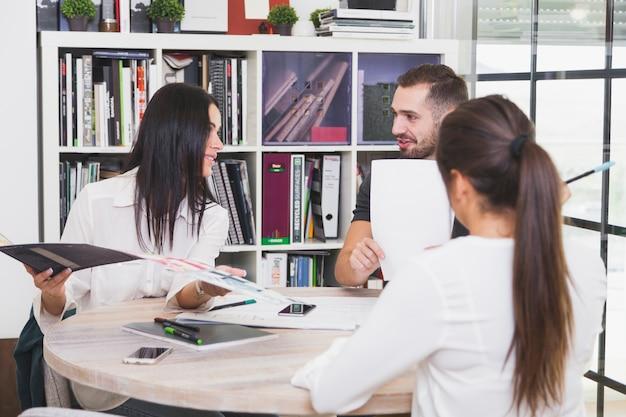 Equipe de escritório em reunião