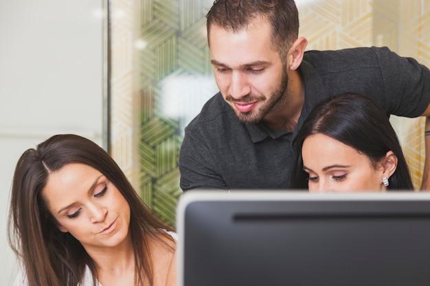 Equipe de escritório no computador