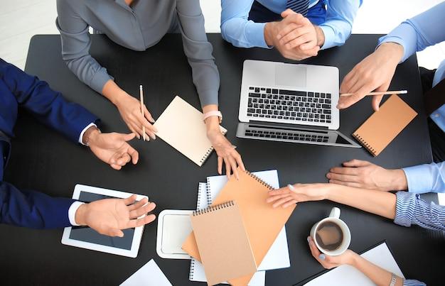Equipe de especialistas envolvidos no trabalho em projetos de negócios