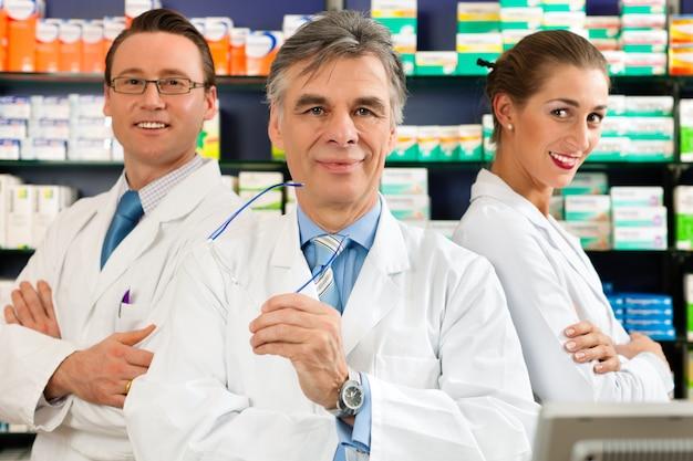 Equipe de farmacêuticos em farmácia