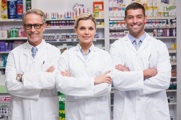 Equipe de farmacêuticos sorrindo na câmera