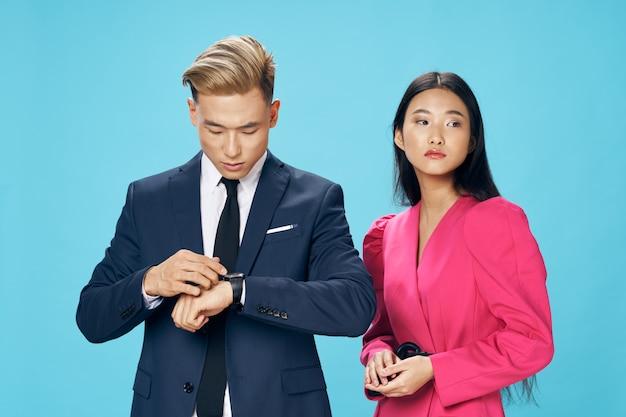 Equipe de finanças homem e mulher de virgem em vestido de fundo azul