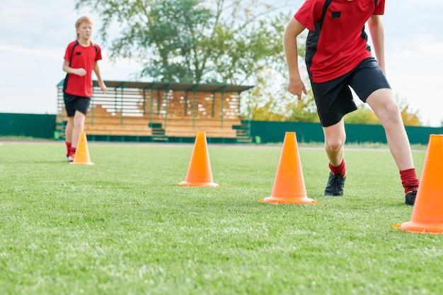 Equipe de futebol júnior praticando