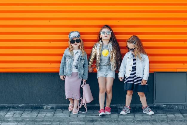 Equipe de garota na moda em óculos de sol posando em um dia ensolarado