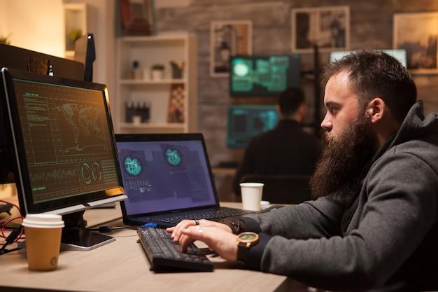 Equipe de hackers atacando banco de dados vulnerável. roubo de identidade.