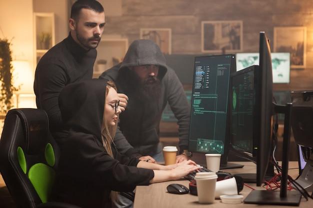 Equipe de hackers contratados pelo governo para testar seu firewall com malware perigoso. hacker feminino.