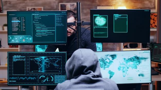 Equipe de hackers conversando sobre dark web usando supercomputadores.