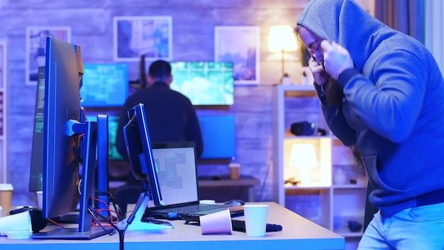 Equipe de hackers em seu centro de operação, fugindo da polícia ao ver as luzes da polícia.