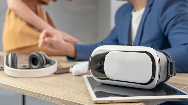 Equipe de homem e mulher trabalhando na área de mídia com fone de ouvido de realidade virtual