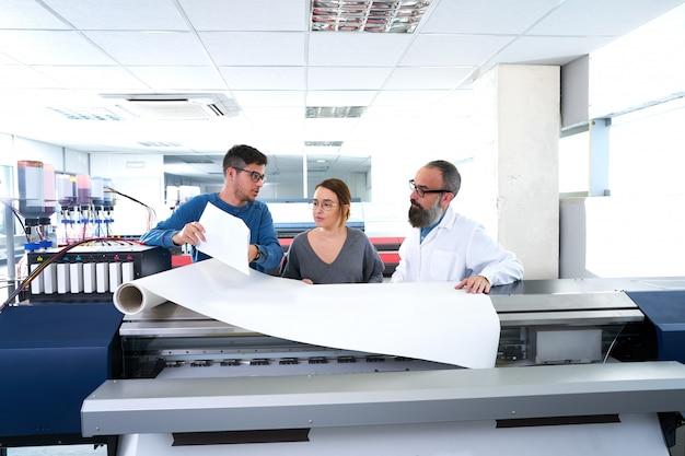 Equipe de impressão na impressora de plotter industrial