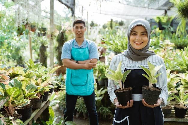 Equipe de jardineiro trabalhando no jardim