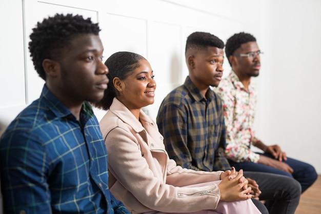 Equipe de jovens africanos dentro de casa